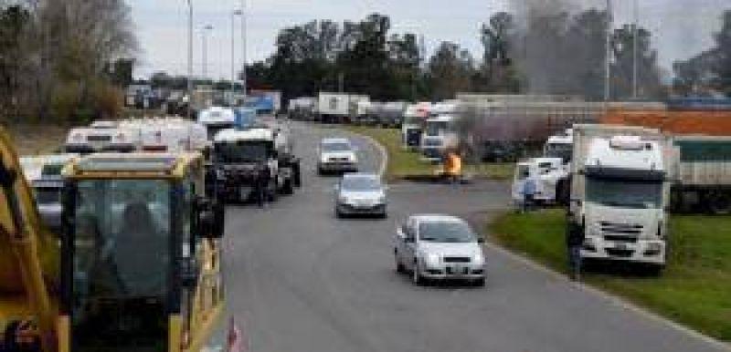 Los transportistas se instalaron en las rutas 5 y 30 en reclamo de mejores tarifas