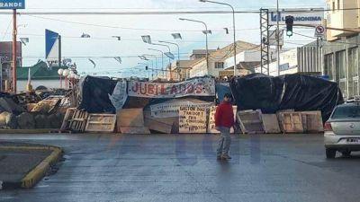 El acampe en el centro de Río Grande continuará a pesar del levantamiento de medidas