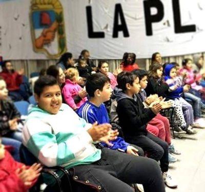 A sala llena, comenzaron las actividades gratuitas para los chicos en la sede del PJ