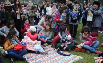 Mam�s marplatenses le dieron la teta a sus hijos en la Plaza San Mart�n