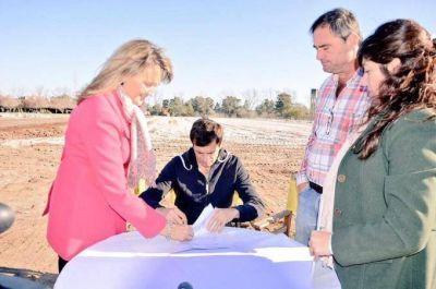 El intendente firmó el convenio para la construcción de la cancha de hockey