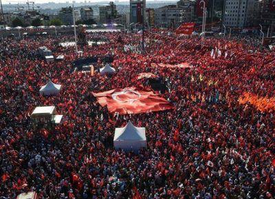 La oposición condena el golpe y le hace oír su voz a Erdogan