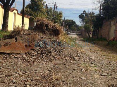 Canal de los Manzanos: Reclaman por montículos de tierras y falta de pavimento