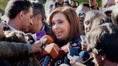 Cristina Elisabet Kirchner vuelve hoy a Buenos Aires y asistirá a un homenaje a Hugo Chávez
