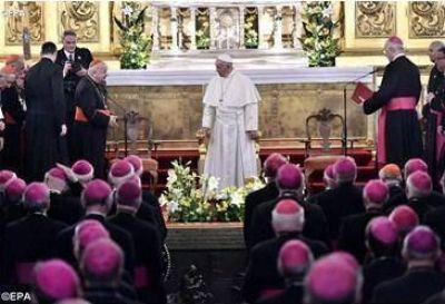 """""""¡Bendito es el que viene en el nombre del Señor!"""": el arzobispo de Cracovia saluda al Papa durante el encuentro con los obispos"""