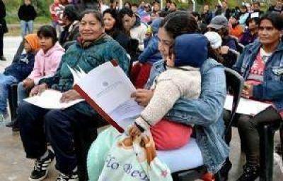 ¡Acabó la espera!: muchas familias recibirán las escrituras de sus nuevas casas