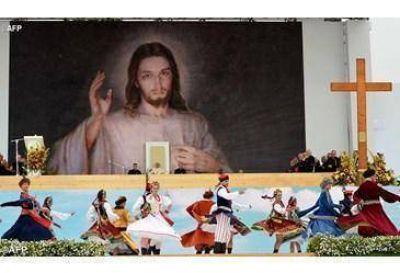 """""""La misericordia tiene rostro joven"""", el Papa en la ceremonia de bienvenida"""