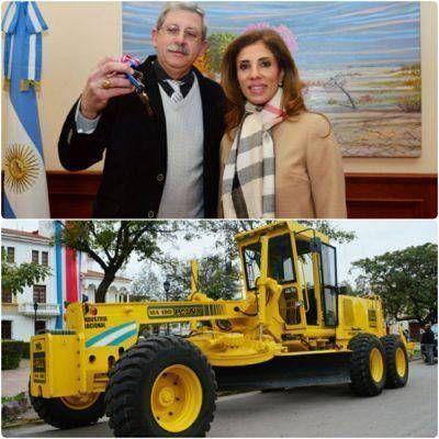 La Municipalidad recibió una moto niveladora de parte de la Gobernadora
