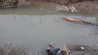 Denuncian que arrojan líquidos cloacales en el lago Ramos Mexía