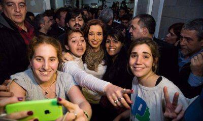 Cristina inici� su tercera vuelta con estudiantes de La C�mpora en Villa Dom�nico