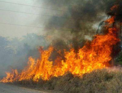 Por quemar la basura, casi incendia las casas de sus vecinos