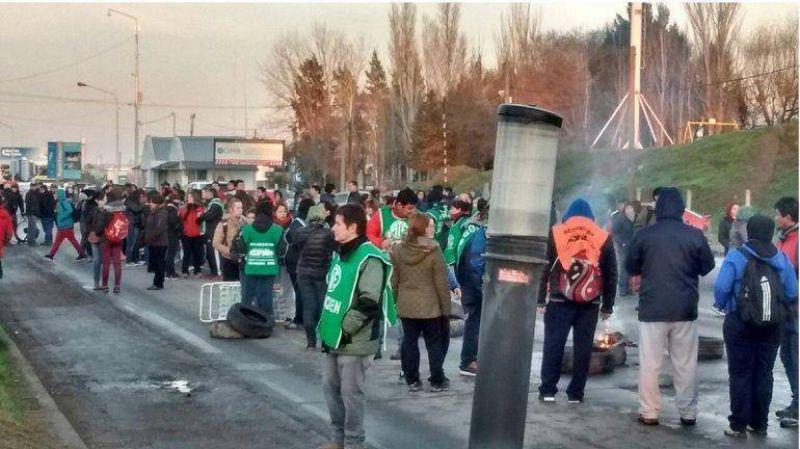 ATE Neuqu�n bloquea los puentes Cipolletti-Neuqu�n y Centenario-Cinco Saltos