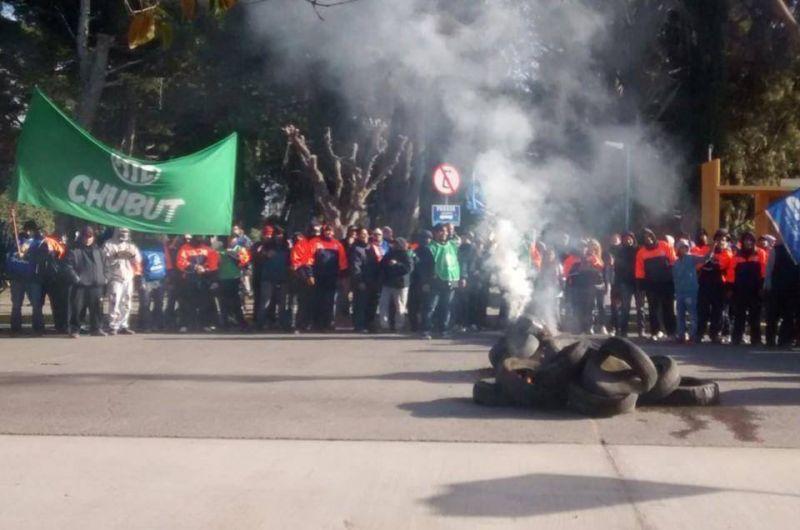 Más de un centenar de trabajadores municipales de Rawson se manifestaron y quemaron cubiertas
