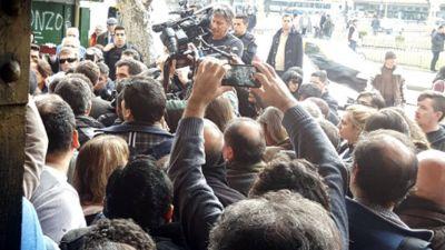 Manifestantes impidieron un allanamiento y la detención de Hebe de Bonafini en la sede de Madres de Plaza de Mayo