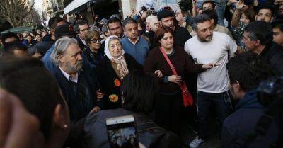 Apoyada por la militancia, Bonafini resiste la orden judicial de arresto