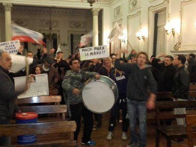 Cañas arriba en el Concejo tras una breve suspensión por protesta de caceroleros