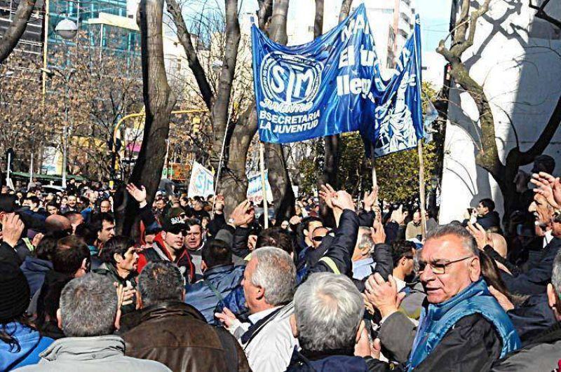 Tras una masiva protesta los municipales decretaron un paro para este lunes