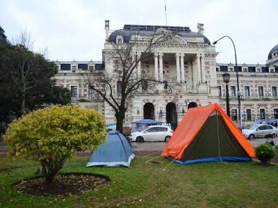 Familiares de policías detenidos acampan frente a gobernación y exigen ser atendidos por Vidal