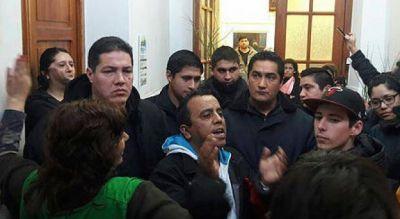 Trabajadores de Carmen de Patagones reclaman reincorporaci�n al intendente y permanecen en el municipio