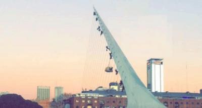 Puerto Madero: activistas de Greenpeace se treparon al Puente de la Mujer