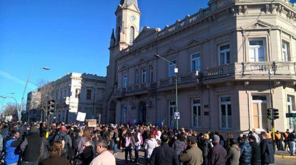 Fuerte protesta y movilización de los municipales de Junín por mejora salarial