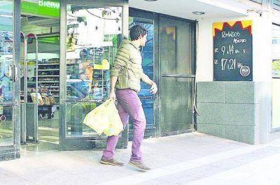 Ya empiezan a jubilar a las bolsas plásticas en los súper de la Región