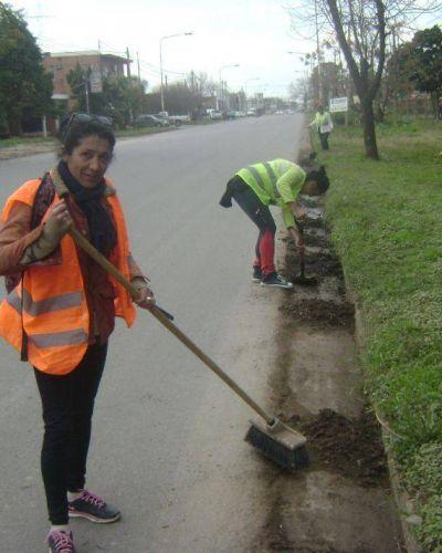 Limpieza. Personal de las cooperativas trabaja en el acceso a la ciudad