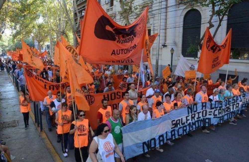 Cortes y demoras en la ciudad por una protesta de estatales
