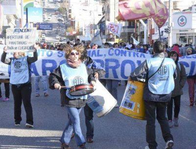Un centenar de personas marchó por la reapertura de la paritaria docente