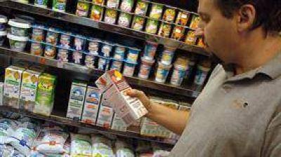 El consumo volvió a caer en julio, pero por segundo mes se desaceleró la baja
