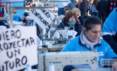 """Cooperativas textiles """"en alerta"""": hicieron 10 mil guardapolvos y Nación todavía no les pagó"""