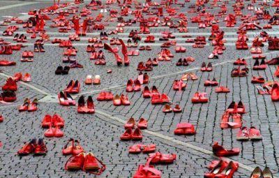 Cientos de zapatos rojos contra el femicidio llegan a Buenos Aires