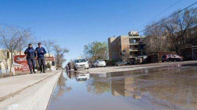 Un r�o de agua de cloacas cruza los barrios del norte