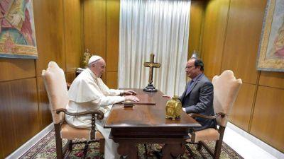 Hollande visita al Papa: agradecidos por su cercanía tras los atentados