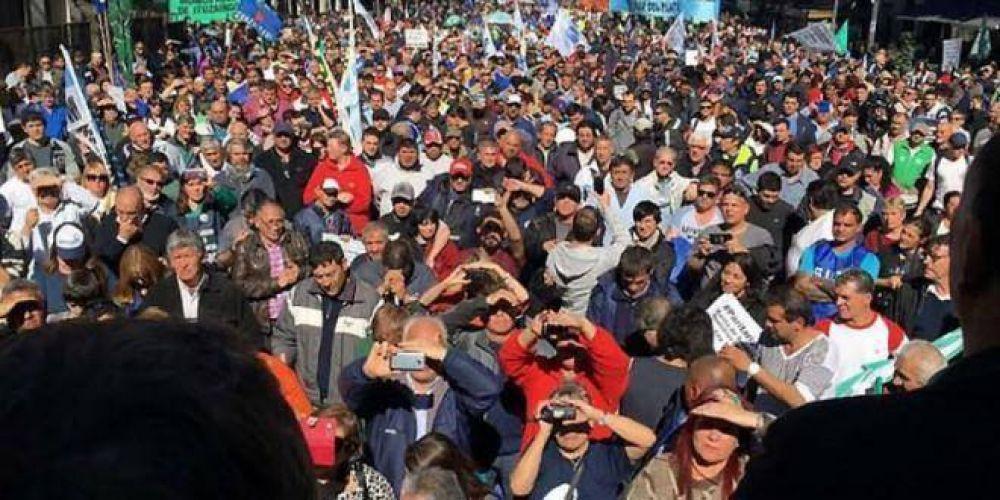 Más de 7 mil municipales reclamaron la plena aplicación de la ley de paritarias y amenazan a Vidal con un paro provincial