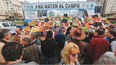 Regalan en Plaza de Mayo 10.000 kilos de frutas como protesta por la crisis del sector