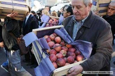 Productores regalaron fruta en Plaza de Mayo en protesta por la falta de rentabilidad