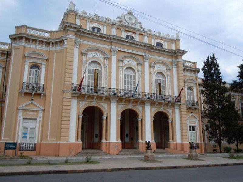 Municipales se manifiestan frente a la Legislatura