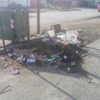 La basura no convencional que el vecino deposita alrededor de los contenedores