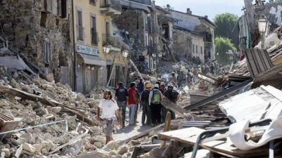 Sismo en Italia: Hay 247 muertos y se buscan sobrevivientes bajo las ruinas