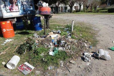 Hay fuertes quejas en Berisso por las calles tapadas de basura