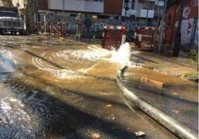 Por un ca�o roto en Belgrano se inundaron calles y las v�as del tren