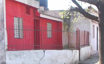 Se trata del elevado por el municipio y la Provincia. Las casas muestran daños estructurales importantes por las cloacas.