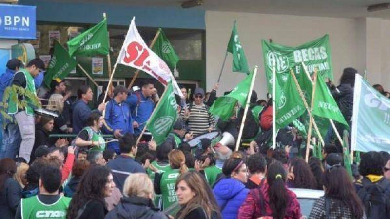 """ATE escrachó al """"Pechi"""" en defensa del ISSN"""