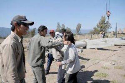La Gobernadora recorrió las obras de la línea eléctrica en Divisaderos
