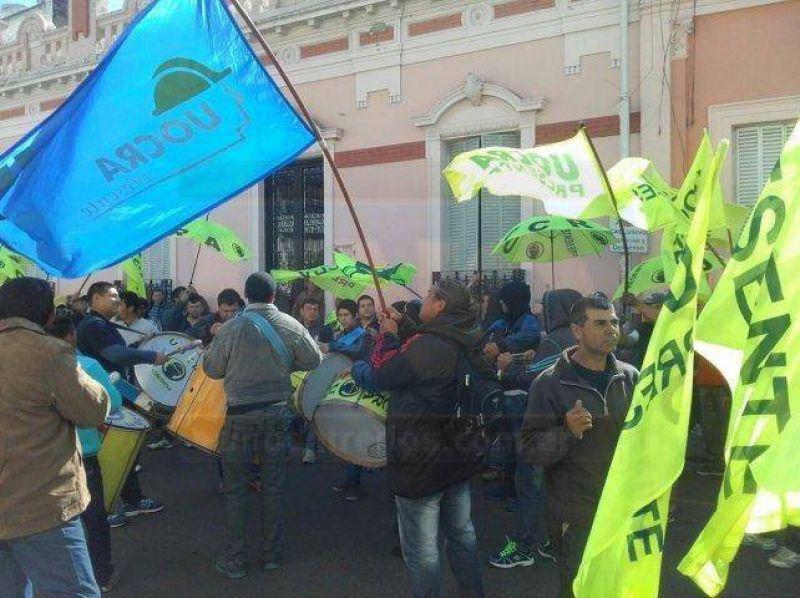 Delegados de Uocra cortaron calle Andrés Pazos en el marco de una asamblea de delegados