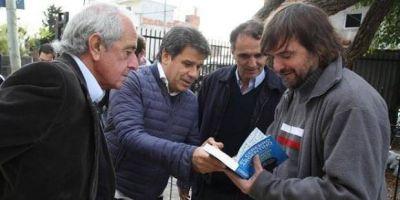 Un Intendente, el Presidente de un club y un reconocido neurocientífico visitaron al Padre Pepe en La Carcova