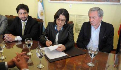 Firman convenio para obras hídricas