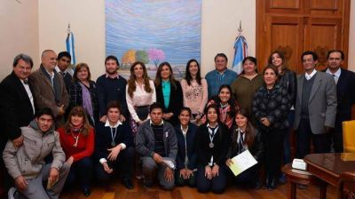 La Gobernadora con alumnos que participaron de la 3º Feria Internacional