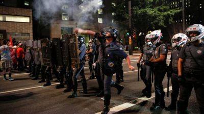 Fuego, gases y detenidos en Brasil: a horas de la votación en el Senado, partidarios de Dilma Rousseff chocaron con policías
